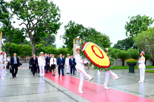 Ngày 27/9/2017, Thủ tướng Hungary Orbán Victor và Phu nhân dâng hoa tưởng niệm các Anh hùng liệt sỹ tại Đài tưởng niệm các Anh hùng liệt sỹ Bắc Sơn.