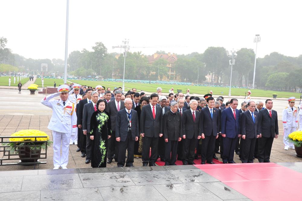 Đoàn đại biểu Quốc hội nước Cộng hòa xã hội chủ nghĩa Việt Nam đã đến dâng hoa và vào Lăng viếng Chủ tịch Hồ Chí Minh.