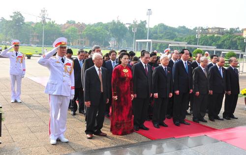 Đoàn đại biểu Đảng, Nhà nước, Quốc hội, Chính phủ, Uỷ ban Trung ương Mặt trận Tổ quốc Việt Nam thành kính dâng hoa và vào Lăng viếng Chủ tịch Hồ Chí Minh nhân dịp kỷ niệm 69 năm Ngày Thương binh - Liệt sỹ.