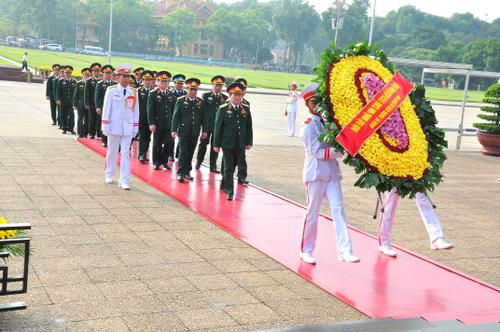 Đoàn đại biểu Quân ủy Trung ương và Bộ Quốc phòng dâng hoa và vào Lăng viếng Chủ tịch Hồ Chí Minh nhân dịp kỷ niệm 69 năm Ngày Thương binh - Liệt sỹ.