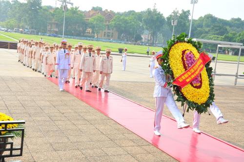 Đoàn đại biểu Đảng ủy Công an Trung ương và Bộ Công an dâng hoa và vào Lăng viếng Chủ tịch Hồ Chí Minh nhân dịp kỷ niệm 69 năm Ngày Thương binh - Liệt sỹ.