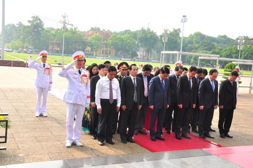 Đoàn đại biểu Thành ủy, Hội đồng nhân dân, Ủy ban nhân dân và Mặt trận Tổ quốc thành phố Hà Nội dâng hoa và vào Lăng viếng Chủ tịch Hồ Chí Minh nhân dịp kỷ niệm 69 năm Ngày Thương binh - Liệt sỹ.