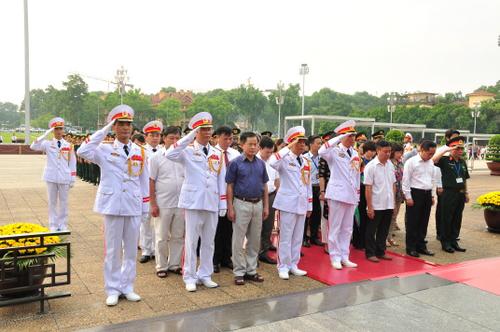 Đoàn đại biểu Ban Chỉ đạo phối hợp hoạt động Cụm Di tích lịch sử - văn hóa Ba Đình dâng hoa và vào Lăng viếng Chủ tịch Hồ Chí Minh nhân dịp kỷ niệm 69 năm Ngày Thương binh - Liệt sỹ.