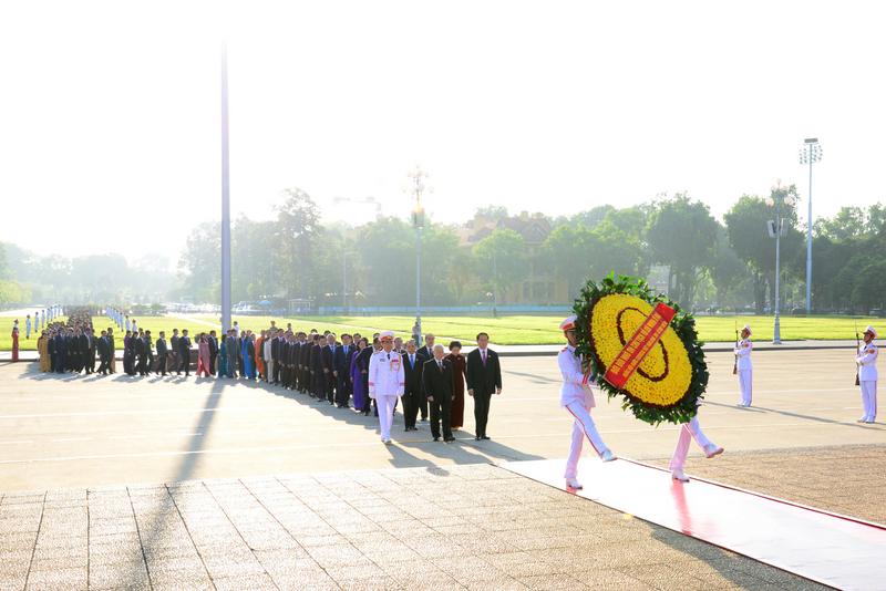 Đoàn đại biểu Quốc hội khóa XIV, Kỳ họp thứ 2 dâng hoa và vào Lăng viếng Chủ tịch Hồ Chí Minh.