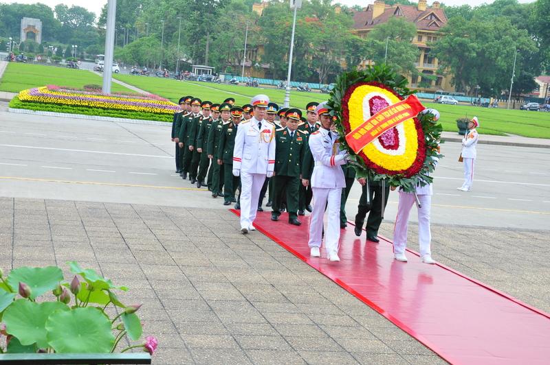 Đoàn đại biểu Quân ủy Trung ương và Bộ Quốc phòng dâng hoa và vào Lăng viếng Chủ tịch Hồ Chí Minh nhân dịp kỷ niệm 71 năm Ngày Quốc khánh nước Cộng hòa xã hội chủ nghĩa Việt Nam.