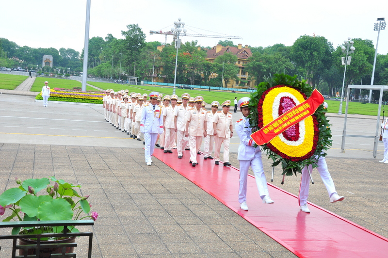 Đoàn đại biểu Đảng ủy Công an Trung ương và Bộ Công an dâng hoa và vào Lăng viếng Chủ tịch Hồ Chí Minh nhân dịp kỷ niệm 71 năm Ngày Quốc khánh nước Cộng hòa xã hội chủ nghĩa Việt Nam.