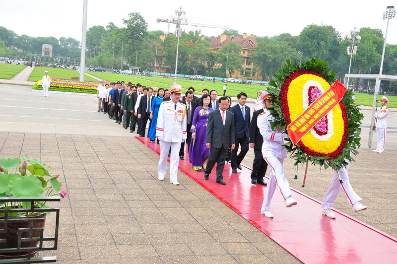 Đoàn đại biểu Thành ủy, Hội đồng nhân dân, Ủy ban nhân dân và Mặt trận Tổ quốc thành phố Hà Nội dâng hoa và vào Lăng viếng Chủ tịch Hồ Chí Minh nhân dịp kỷ niệm 71 năm Ngày Quốc khánh nước Cộng hòa xã hội chủ nghĩa Việt Nam.