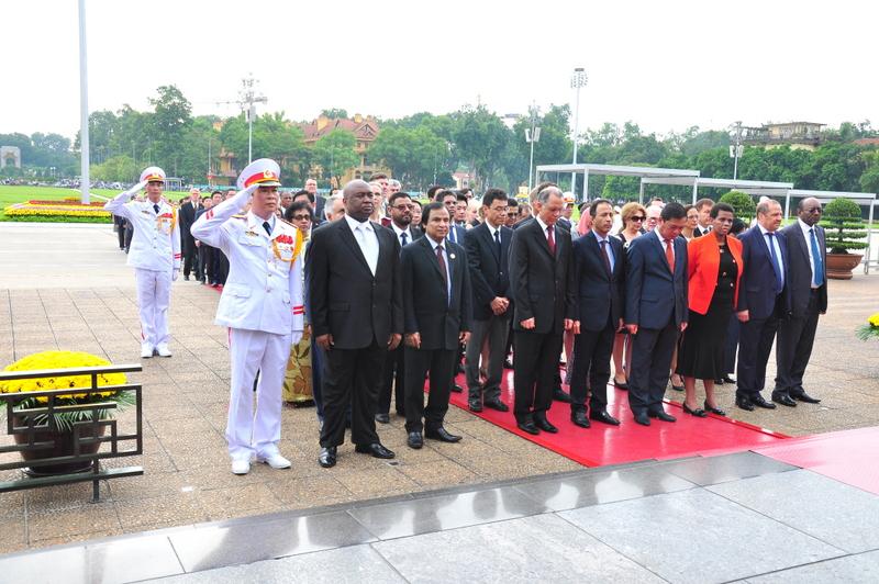 Đoàn Ngoại giao tại Hà Nội dâng hoa và vào Lăng viếng Chủ tịch Hồ Chí Minh nhân dịp kỷ niệm 71 năm Ngày Quốc khánh nước Cộng hòa xã hội chủ nghĩa Việt Nam.