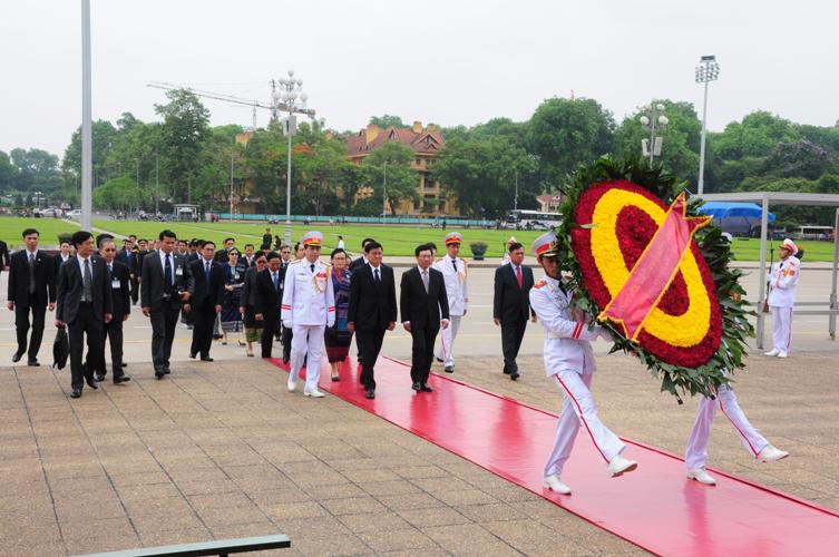 Thủ tướng Chính phủ nước CHDCND Lào Thoong-lun Xi-xu-lít cùng Đoàn đại biểu nước CHDCND Lào dâng hoa và vào Lăng viếng Chủ tịch Hồ Chí Minh.