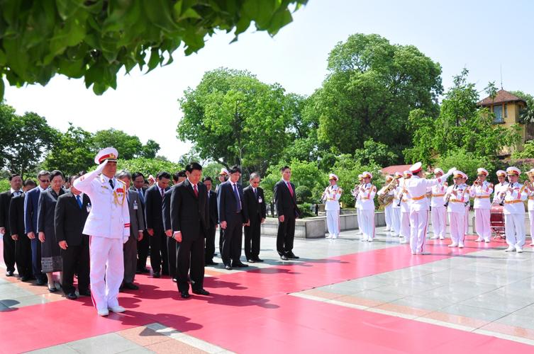 Thủ tướng Chính phủ nước CHDCND Lào Thoong-lun Xi-xu-lít cùng Đoàn đại biểu nước CHDCND Lào dâng hoa tưởng niệm các Anh hùng liệt sỹ..